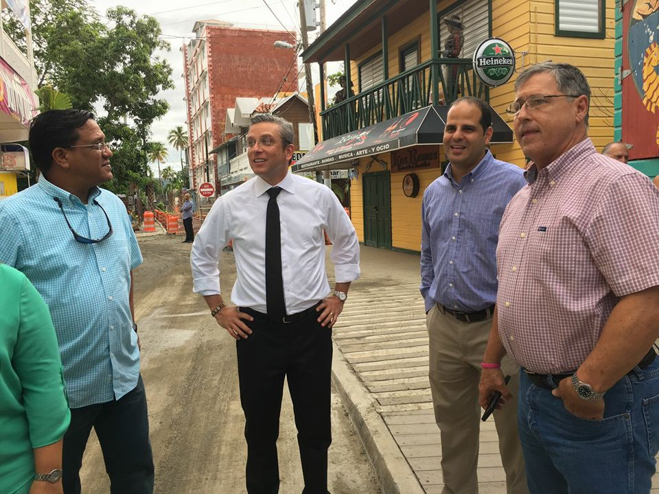 En una foto no circulada por la Oficina de Prensa de La Fortaleza, aparecen el representante Carlos Bianchi, García Padilla, un funcionario no identificado y el alcalde Ramírez Kurtz (Suministrada).