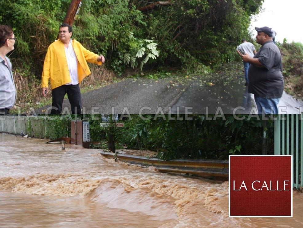 La gráfica muestra al alcalde de San Sebastián, Javier Jiménez, supervisando los trabajos de limpieza en la carretera 445 del barrio Saltos; y el efecto de las inundaciones del domingo (Suministradas).