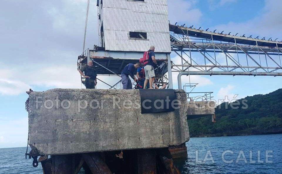 Momento en que rescatistas le brindan ayuda a Isaac Morales López, quien sufrió lesiones tras lanzarse del Muelle del Azúcar en Aguadilla (Foto Rescate Cortés).