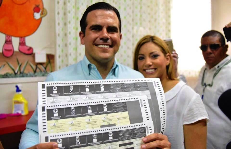 El candidato novoprogresista a gobernador, doctor Ricardo Rosselló, junto a su esposa Beatriz, al momento de emitir su voto (Foto Facebook).