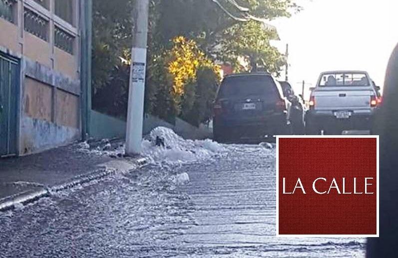 Así lucía el lunes en la mañana la rotura de una tubería por la que se perdieron miles de galones de agua potable en la calle Ramos Antonini de Mayagüez (Foto Facebook/Gina Meléndez).