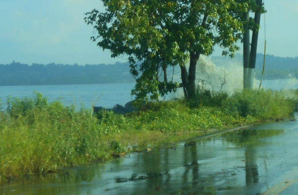 Efecto del fuerte oleaje en la carretera 102 de Mayagüez. Esta via siempre resulta afectada por esta situación (Archivo/Luis Cruz Vidal).