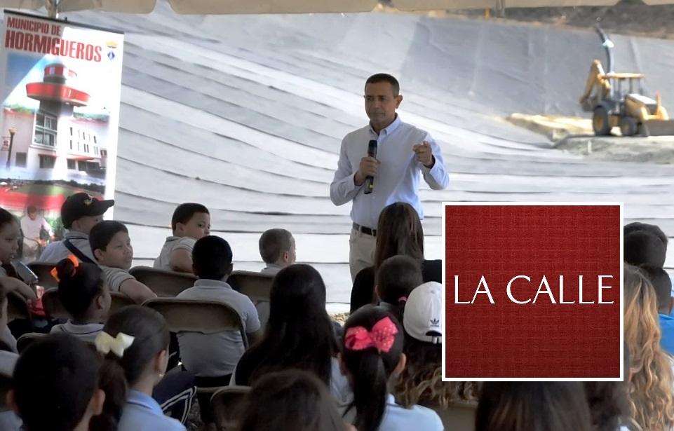 El alcalde de Hormigueros, Pedro J. García Figueroa, se dirige a estudiantes de escuelas públicas de su pueblo sobre la importancia del reciclaje y la disposición de desperdicios sólidos (Suministrada/Municipio de Hormigueros).