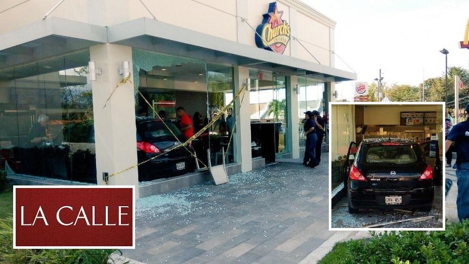 Escena del accidente ocurrido el sábado en el Church's Chicken de San Sebastián (Fotos/Municipio de San Sebastián y Facebook).