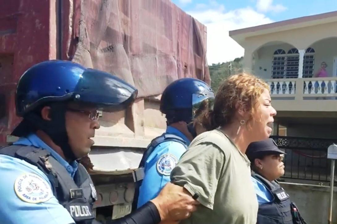 Una de las personas arrestadas en el sector Playuela de Aguadilla (Captura de pantalla/Vídeo Facebook).