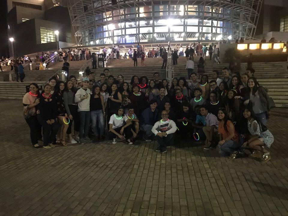 Estudiantes de la Escuela Superior Central de Santurce que asistieron al concierto de Tommy Torres, posaron frente al Coliseo de Puerto Rico (Suministrada/La Fortaleza).