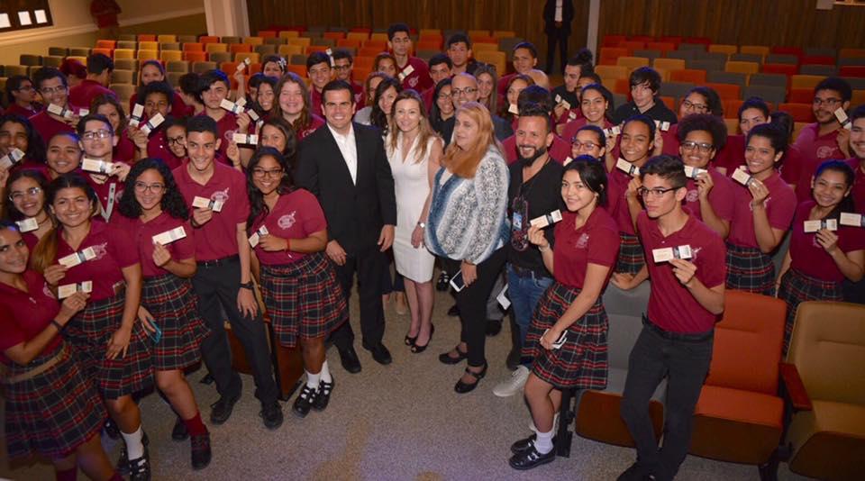 El gobernador Ricardo Rosselló, junto a la secretaria de Educación, Julia Keleher, el día en que fueron entregados los boletos (Foto/La Fortaleza).