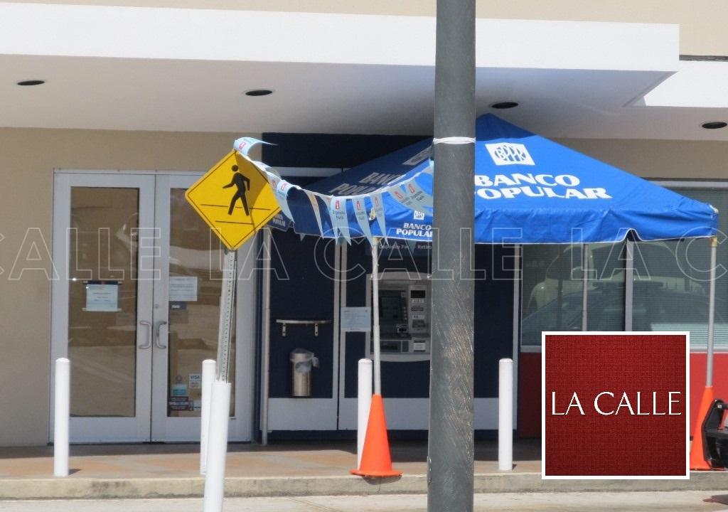 Los investigadores cubrieron las puertas de cristal del banco, mientras se llevaba a cabo la pesquisa (Julio Víctor Ramírez, hijo/LA CALLE Digital).