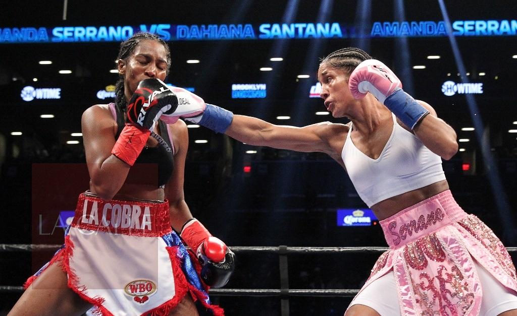 La boricua Amanda Serrano noqueó técnicamente en el octavo asalto esta noche a la dominicana Dahiana Santana, para convertirse en la primera puertorriqueña y en la primera boxeadora profesional en ganar campeonatos mundiales en 5 categorías distintas (Suministrada/Ed Diller/Di Bella Entertainment).
