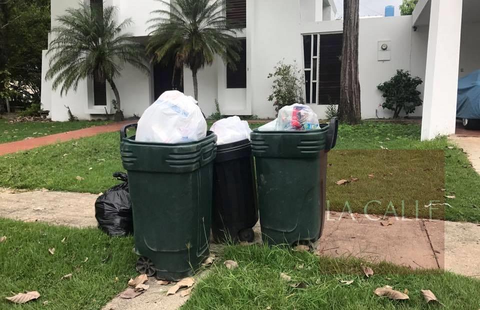 Mientras tanto, la basura se sigue acumulando en Mayagüez (Foto Facebook/Willie Minguela).