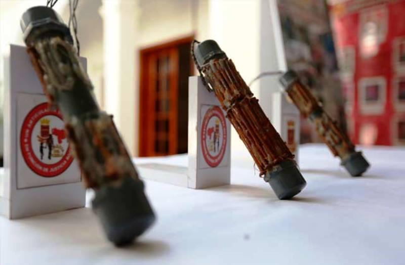 """Dos explosivos tipo """"nipple"""", parecidos a estos, fueron encontrados en el barrio Quebrada Grande de Mayagüez (Archivo)."""