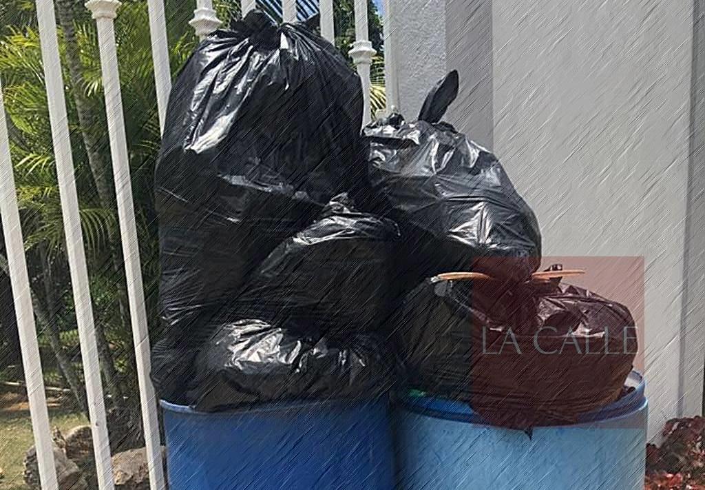 Mientras, sigue acumulándose la basura en Mayagüez.