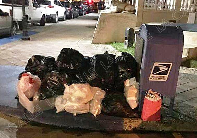 Basura acumulada el miércoles en la noche, en bolsas que no son anaranjadas en la Plaza de Cabo Rojo (Foto/Facebook).