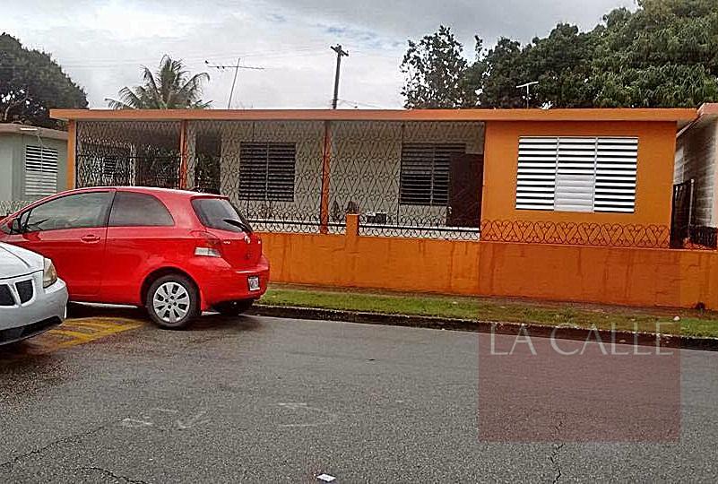 El carro de la víctima estacionado frente a la residencia del sospechoso (Suministrada).