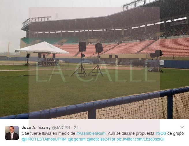 La lluvia no detuvo la asamblea (Foto/Twitter/José Alberto Irizarry).