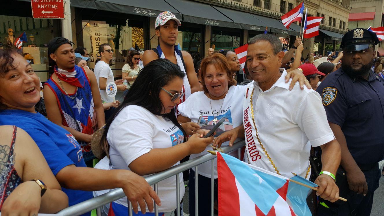 El alcalde Pedro García saluda a los asistentes al Desfile Nacional Puertorrqueño (Suministrada).