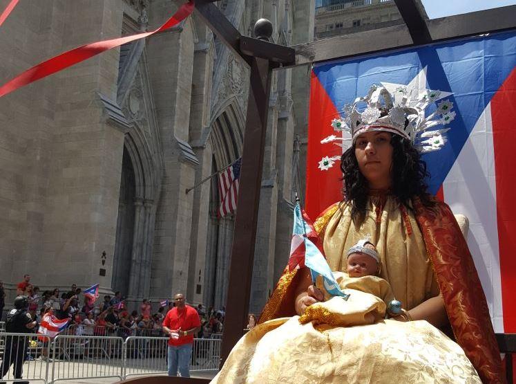 La joven Jenifer Martínez frente a la Catedral de San Patricio en la Quinta Avenida (Suministrada).