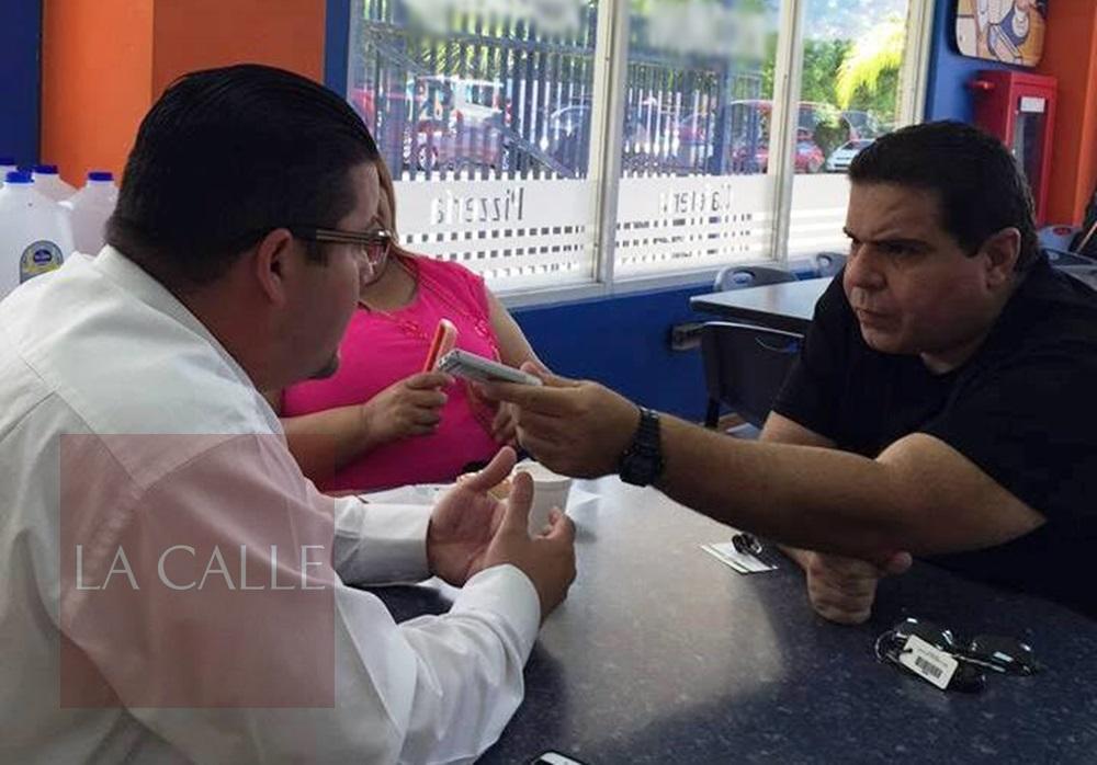 El alcalde de Guayanilla, Nelson Torres Yordán, conversa con nuestro editor, Julio Víctor Ramírez, hijo (Archivo).
