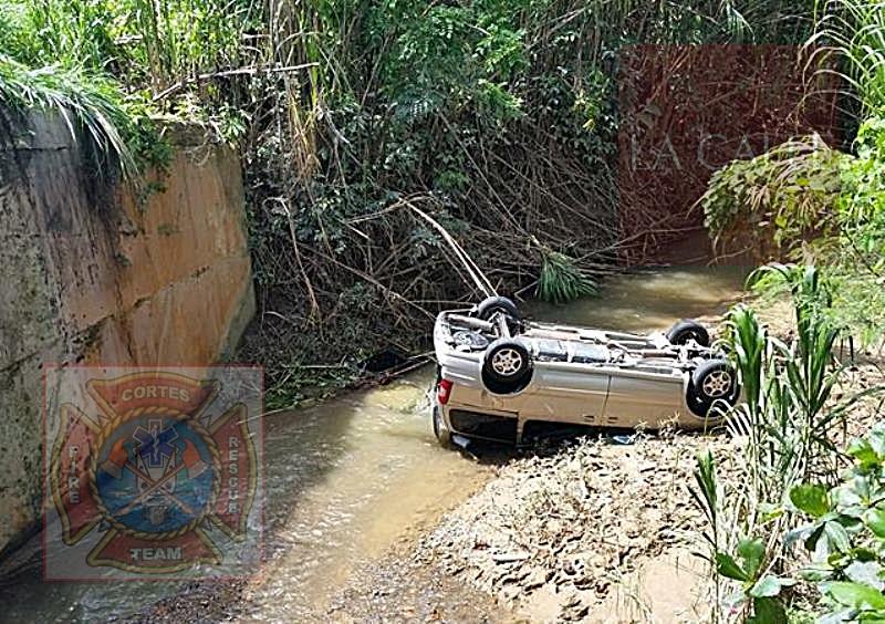 Condición en que quedó la guagua accidentada el sábado en la mañana en Moca (Foto/Rescate Cortés).