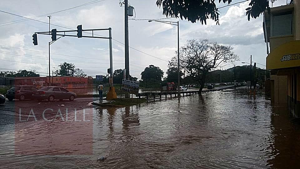 La calle Marginal de la urbanización Mayagüez Terrace también se inundó (Foto cortesía/Miguel Santiago Irizarry).