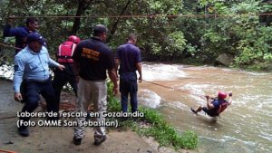"Rescatan personas atrapadas por ""golpe de agua"" en Gozalandia en San Sebastián"