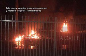 Prenden fuego en medio de los carriles… Siguen incidentes violentos esta noche entre residenciales Concordia y Monte Isleño