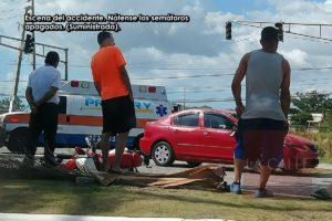 Inoperante el semáforo en el lugar… Aparatoso accidente entre carro y motora en Guánica (Foto)