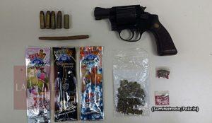 """Arrestan dos con un arma y """"pasto"""" frente a escuela de Añasco"""