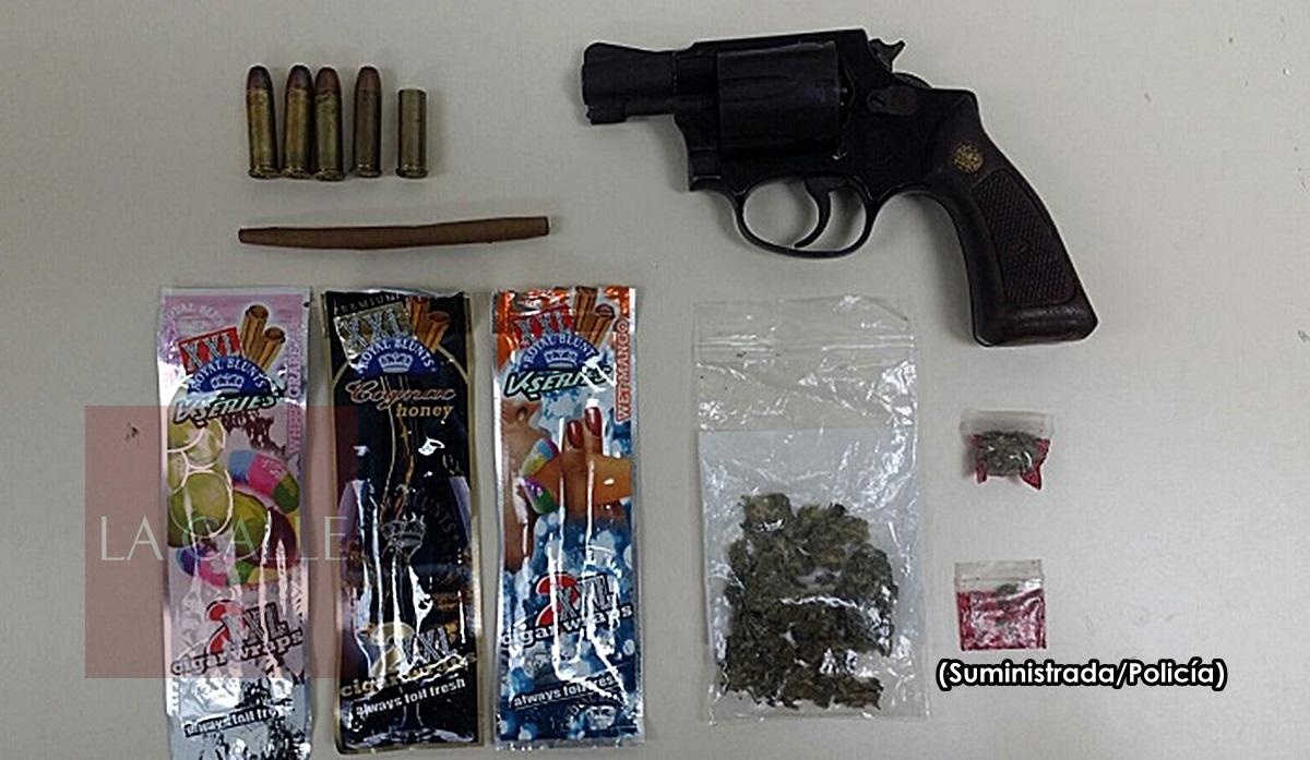 Foto arma y sustancias ocupadas en Anasco