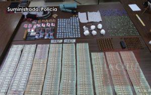 Tres arrestados: Ocupan drogas y dinero durante allanamiento en Jardines del Caribe en Mayagüez