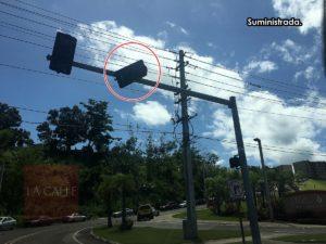 """Boquetes y semáforos """"a una tuerca"""" de caer… Advierten de peligros en calles y carreteras de Mayagüez (Fotos)"""