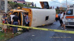 Un total de 21 personas llevadas a hospitales de la zona… Guagua escolar se vuelca temprano esta noche en Aguada (Fotos)