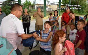 Alcalde de Añasco entrega ayuda para inicio de clases (Fotos)