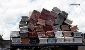 ¿Y los difuntos dónde están? Ven al mediodía en carretera de Mayagüez una grúa cargada con ataúdes usados… (Fotos)