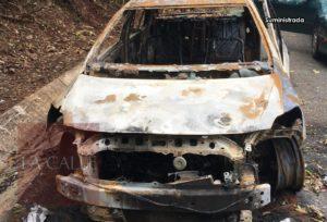 Vecinos del Cerro Las Mesas exigen que se remueva carro quemado a orillas de la carretera (Fotos)